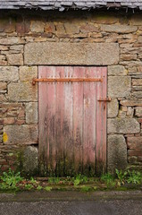 Hintergrund uralte Tür in Natursteinwand