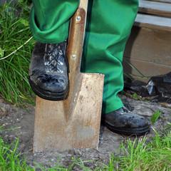 Gärtner gräbt mit Spaten