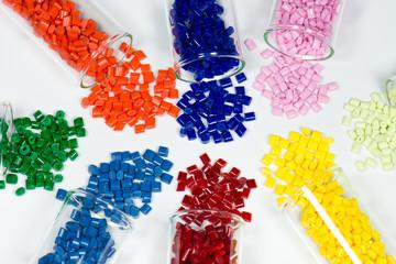 verschiedene Kunststoffgranulate in Teströhrchen