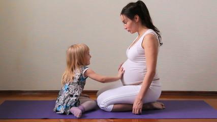 беременная женщина с ребёнком общаются