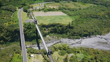 pont suspendu et pont routier dans la végétation
