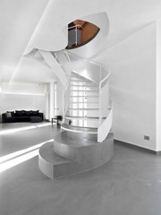scala di ferro nel soggiorno moderno