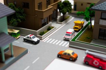 住宅街の交差点と行き交う車