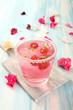 cocktail rosa con frutta