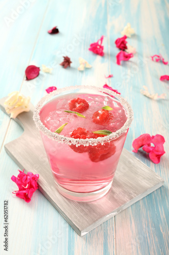 cocktail rosa con frutta - 62051782