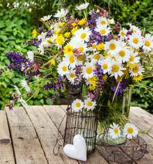 Alles Liebe: Gänseblümchen mit Eisenherz und Papieranhänger
