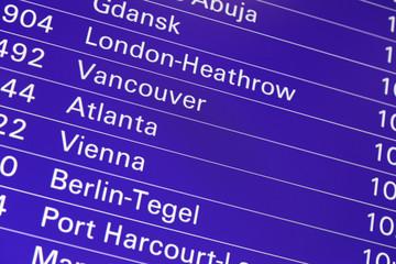 Anzeigetafel für Flüge am Flughafen