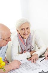 Zwei Senioren planen Versicherung und Steuern