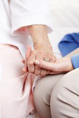Frau spricht Seniorin ihr Beileid aus