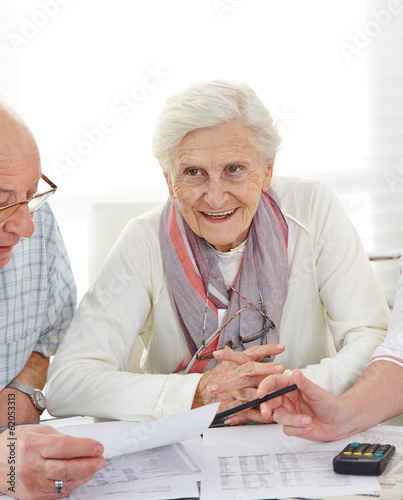 Leinwanddruck Bild Paar Senioren diskutiert Altersvorsorge