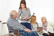Krankenpfleger machen Umfrage im Seniorenheim