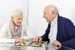 Senioren spielen Dame im Seniorenheim