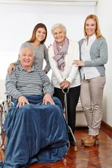 Familie mit drei Generationen zu Hause