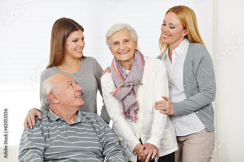 Pflegedienst bei einem Paar Senioren