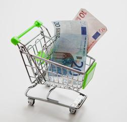 billet d'euro dans un caddie