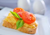 bread with cheese,tomato and basil