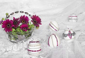 Huevos de Pascua, decorados y flores.