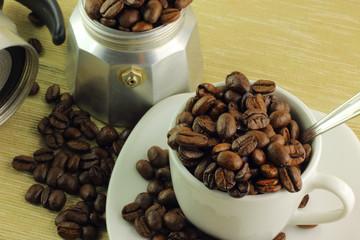 Chicchi di caffè tazzina e caffettiera
