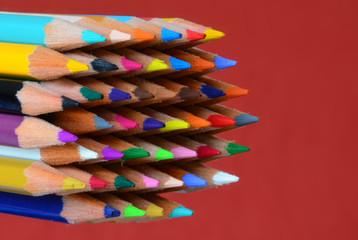 Crayons de couleur sur fond ocre