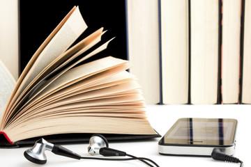 Kopfhörer Smartphone und Bücher