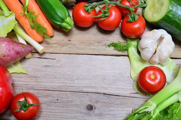 frisches Gemüse auf Holzbrett