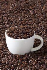Kaffeetasse gefüllt mit Kaffeebohnen