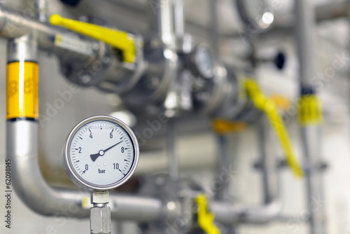 Messuhr in Industrieanlage // Dial indicator in industrial plant