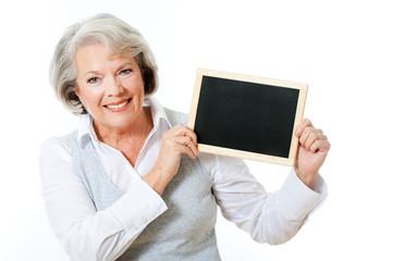 Frau hält Kreidetafel