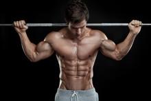 Musculaire culturiste gars faire des exercices avec des haltères sur bla