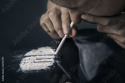 A man inhale cocaine