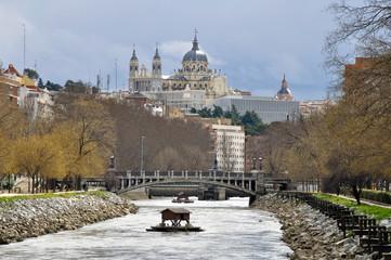 Río Manzanares, catedral de la Almudena de fondo, Madrid