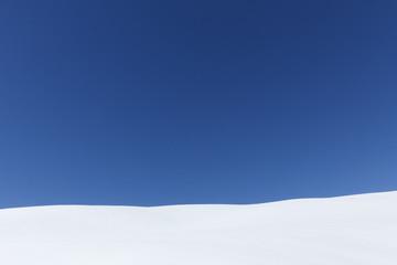 neige sur fond de ciel bleu