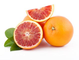 arance tarocco siciliane isolate su sfondo bianco