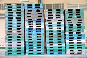Plastic pallets are stacked can cause accidents.