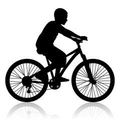Schwarze Silhouette eines Fahrrad fahrenden Jungen