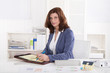 Ältere Business Frau sitzend im Büro