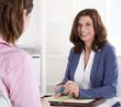 Verkaufsgespräch: ältere erfahrene Beraterin in Besprechung