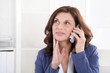 Ältere business Frau am Telefon