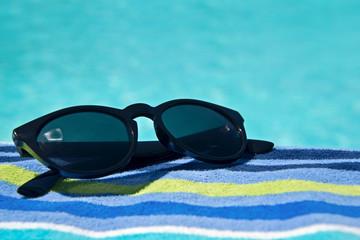 Lunettes de soleil au bord d'une piscine
