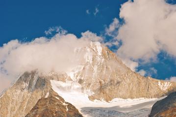 Der wolkenverhangene Gipfel des Bietschhorns in den Alpen