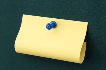 Post-it with blue pushpin