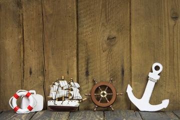 Maritime Dekoration auf Holz Hintergrund mit Anker und Schiff
