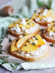 Toasted white bread with cottage cheese