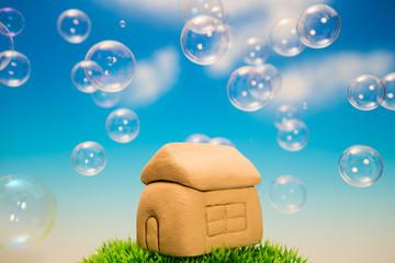 家の模型とシャボン玉