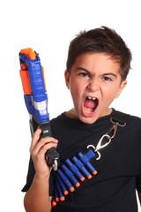 bambino con fucile giocattolo