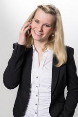 junge Frau mit Smartphone lächelt ansprechend