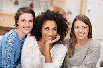drei junge frauen zu hause