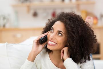 entspannte junge frau telefoniert