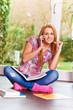 Hübsche Schülerin lernt zuhause und telefoniert