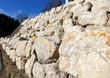 mur de soutènement en rochers de calcaire sur deux niveaux - 62177135